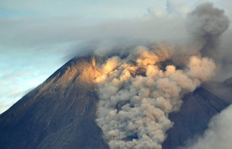 Certains vols pour l'Indonésie en alerte à cause des cendres du volcan en éruption