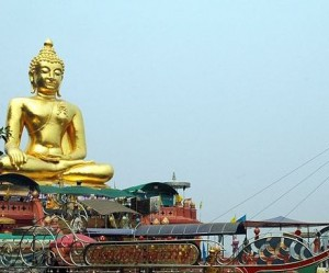 bouddha sur le bateau triangle d'or